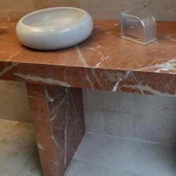baño en marmol crema y rojo