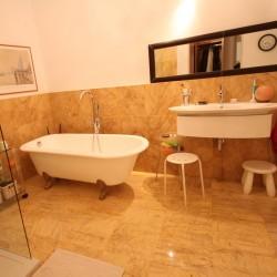 marmol baño amarillo macael